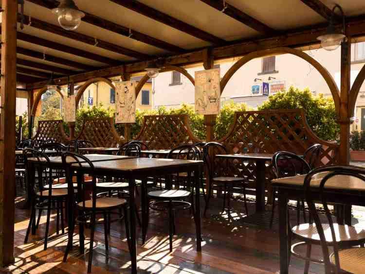 Tavoli all'aperto dell'Osteria Bonanni a Montelupo, uno dei migliori ristoranti di cucina toscana nei dintorni di Firenze