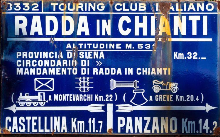 Vecchio cartello del Touring Club a Radda in Chianti