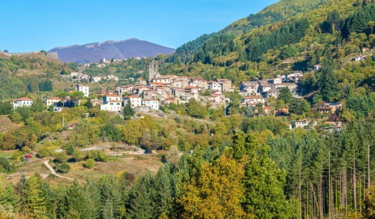 Il borgo di San Romano in Garfagnana e la vicina Fortezza delle Verrucole