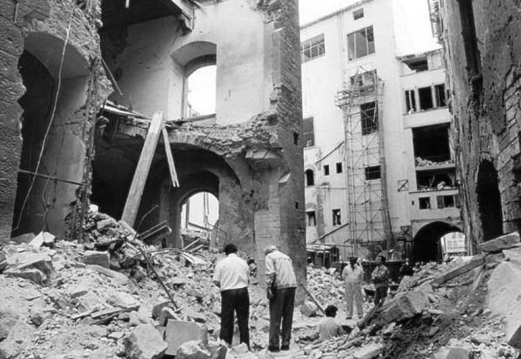 Foto di via dei Georgofili a Firenze dopo la strage mafiosa del '93