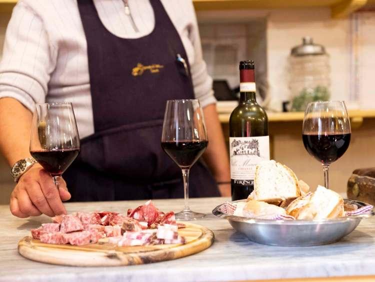 Tagliere di salumi e vino dell'Osteria Bonanni a Montelupo