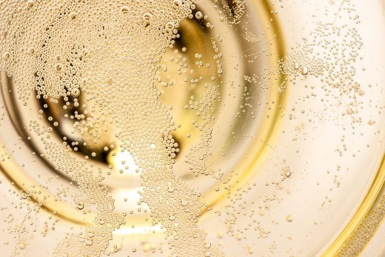Bollicine in un bicchiere di spumante toscano