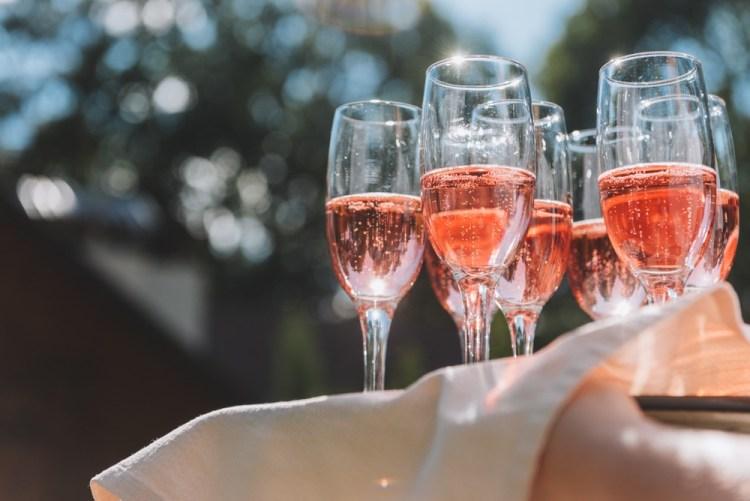 Bicchieri con spumante rosato su vassoio