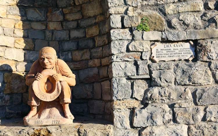 La statua di Luca Cava a San Gusmè in Toscana