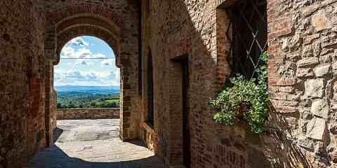 Porta del borgo fortificato di San Gusmè nel Chianti Classico