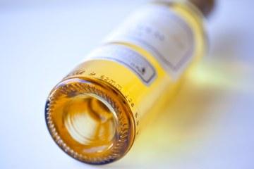 Bottiglia di vino dolce toscano su tavolo bianco