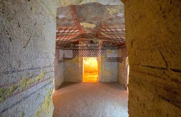 Una tomba ipogeo etrusca nella necropoli di Tarquinia