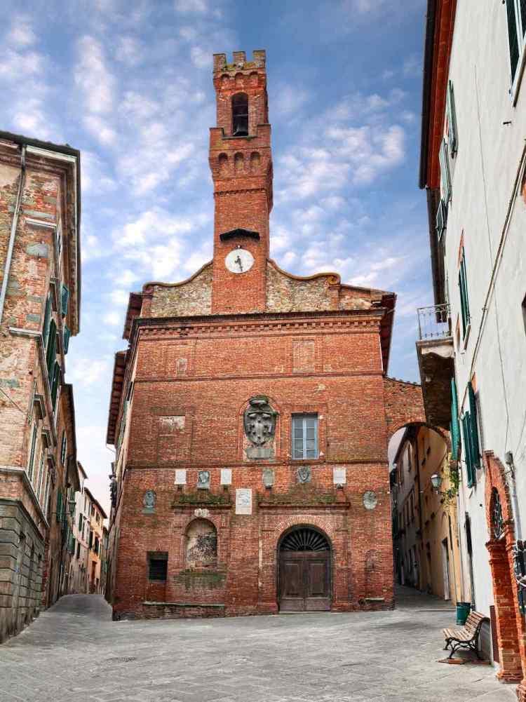 Il Palazzo Pretorio di Sinalunga, borgo toscano nella Valdichiana senese