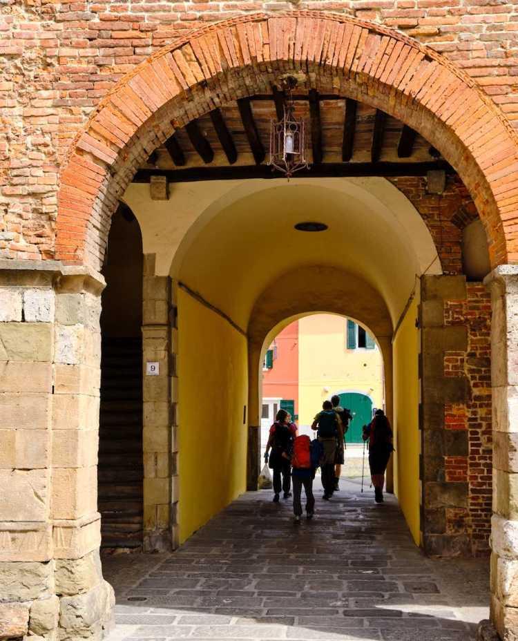 Pellegrini lungo la Via Francigena nel borgo toscano di Porcari