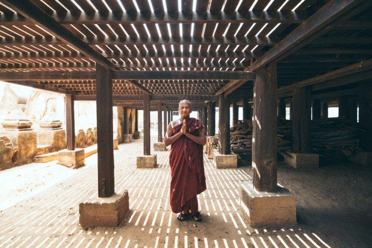 Monaco buddista prega in un tempio