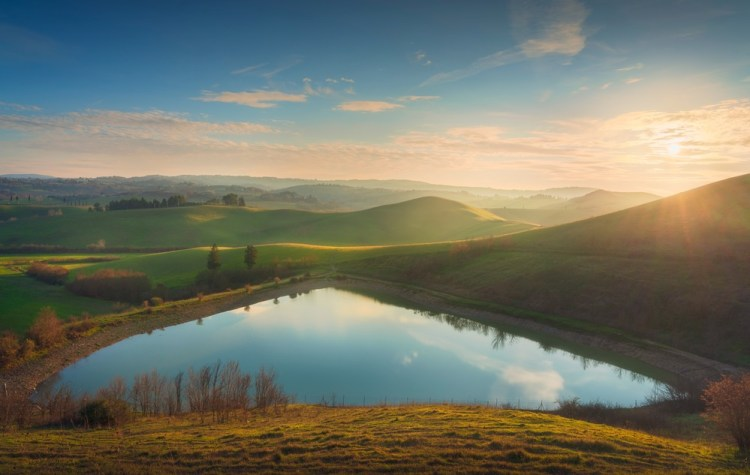 Vista di un lago vicino a Castelfiorentino dalla via Francigena in Toscana