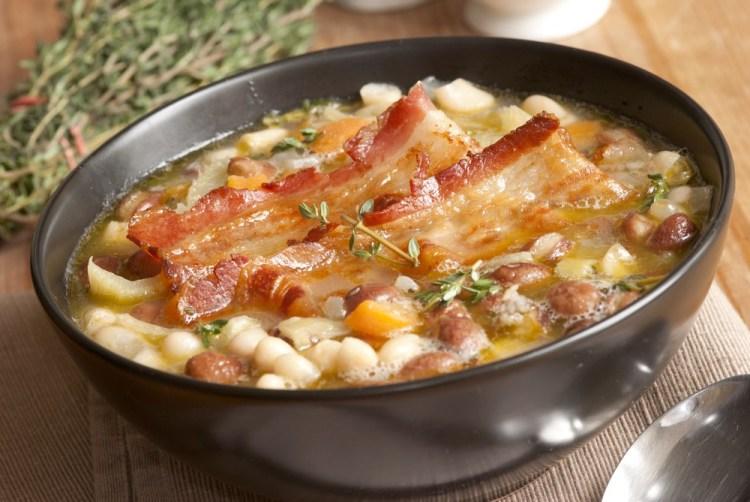 Zuppa toscana con fagioli e pancetta stesa croccante