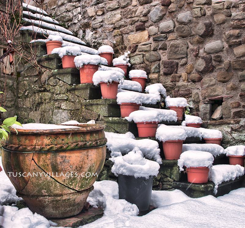 terracotta pots covered in snow in Pontito village