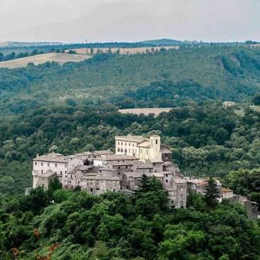 Veduta aere del borgo di Roccalvecce e del relativo palazzo Costaguti