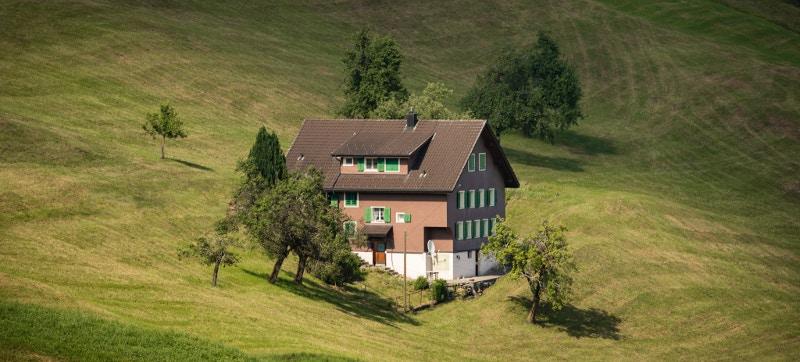 Coberturas del seguro de hogar en una casa con parcela