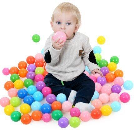 Niño y bolas