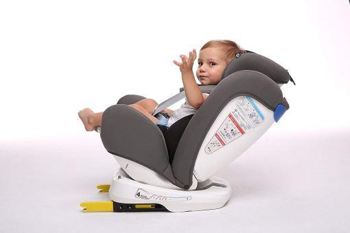 bebé en silla de coche