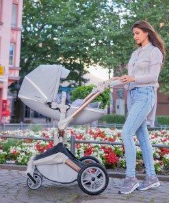 madre con silla de paseo