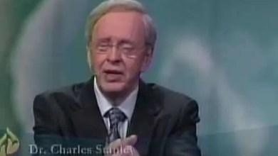 Dios actua a favor nuestro - Dr. Charles Stanley