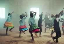 Mira como estos niños huerfanos de africa danzan y cantan a Dios