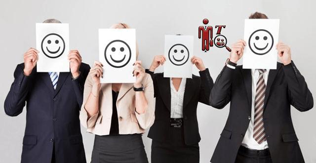 Imagen de emplados con un papel y caritas felices para demosstrar la satisfacción laboral