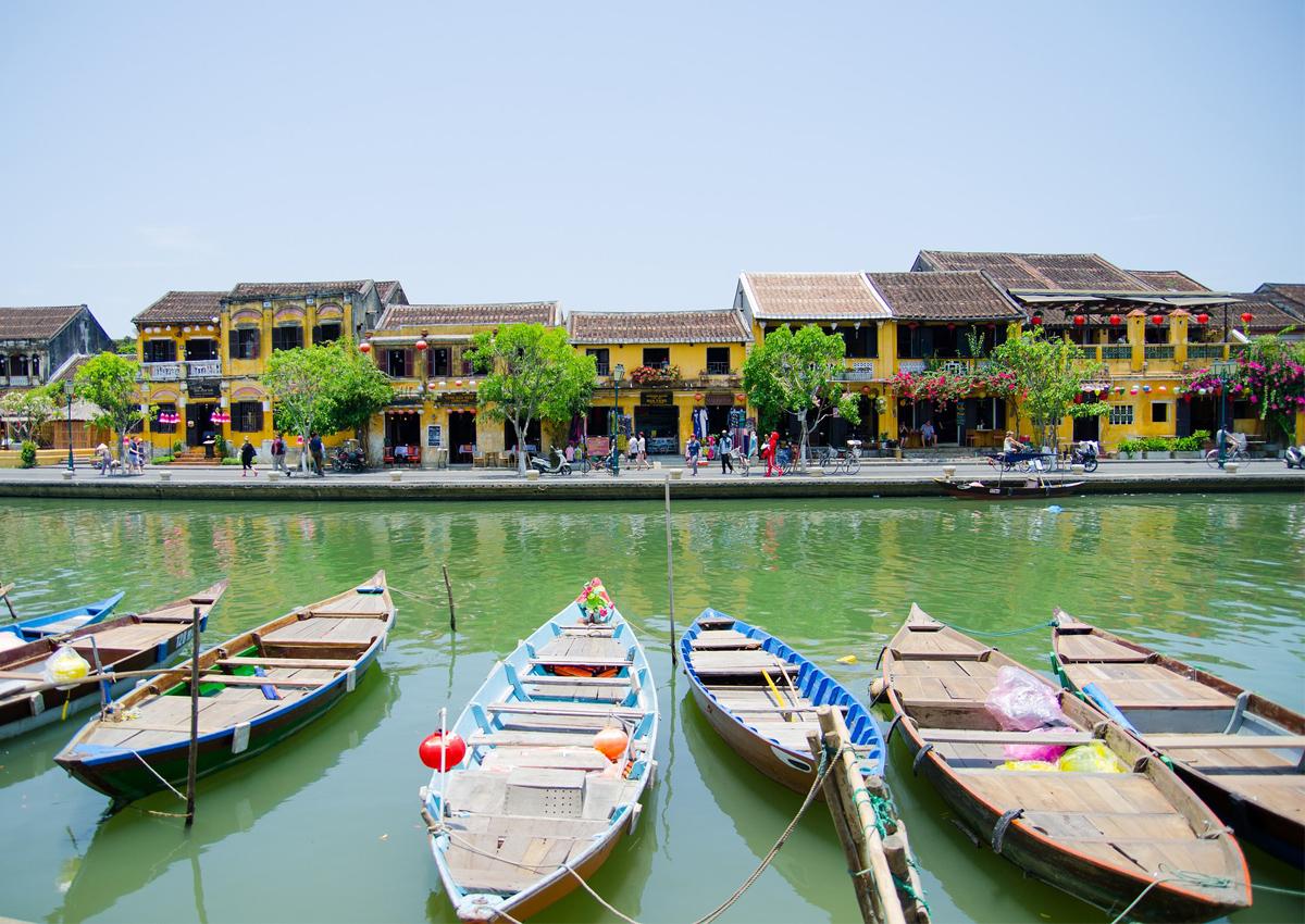 la città di Hoi An, in Vietnam, vista dal fiume