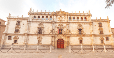 Fotografía de la fachada de la Universidad de Alcalá de Henares sin gente.