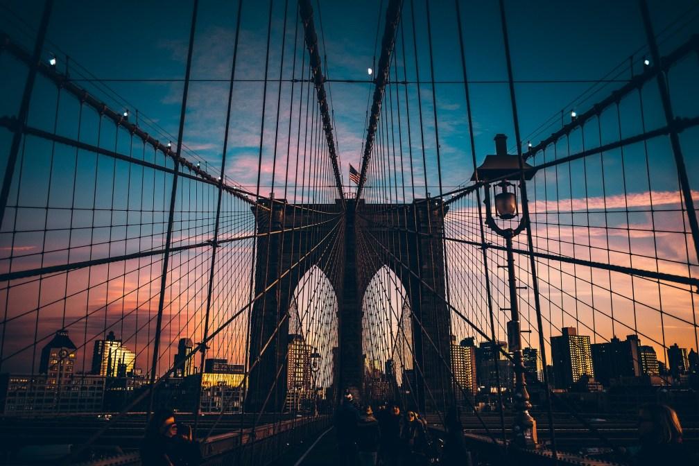 Atardecer desde el puente de brooklyn en nueva york