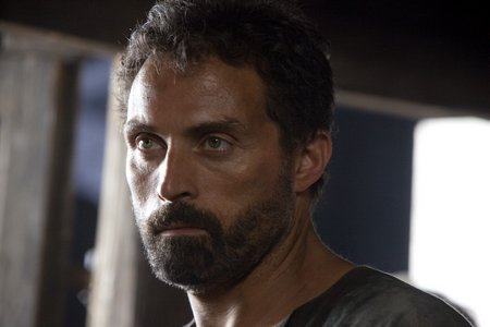 Tom Builder (Rufus Sewell)