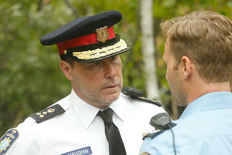 Vaughn (Dean McDermott) discusses the case with Cam (Steve Byers)
