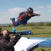 Wire suspension for parachute shots