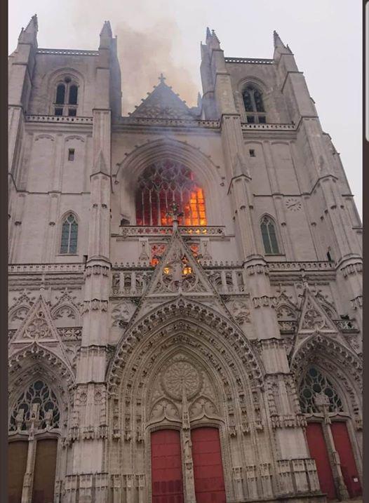Veliki požar izbio u katedrali u Nantesu