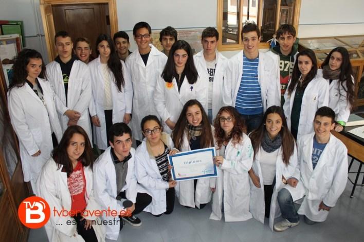 Alumnos de 4ºESO con el diploma del Premio