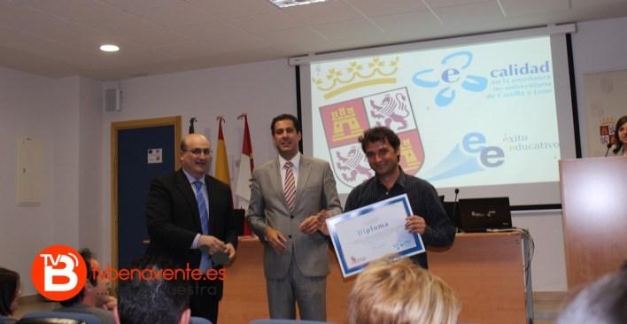 Coordinador recibiendo el Diploma de Mejor Programa de Calidad