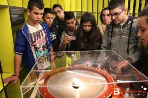 Alumnos observando uno de los experimentos de Tesla