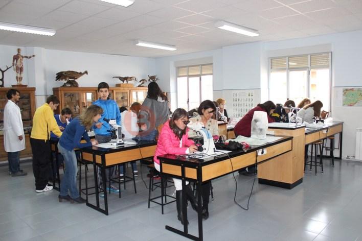 Padres y alumnos en el laboratorio de Biología