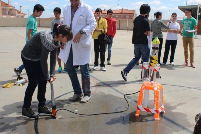 Alumna preparada para lanzar su cohete de agua