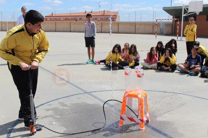 Alumno que acaba de lanzar un cohete de agua