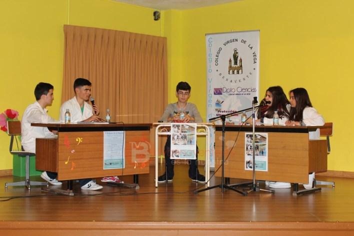 Alumnos de 4º ESO debatiendo sobre la clonación