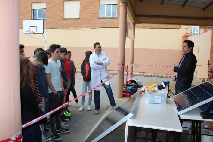 Marcos Cano explicando el funcionamiento de los paneles solares