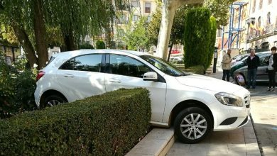 Photo of Un coche se sube al bordillo en la Plaza del Grano