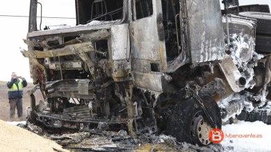 Photo of VIDEO: Un camión cargado de cebada vuelca y arde en la N-610