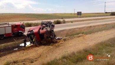 Photo of Un camión vuelca tras un reventón en la A-6 a la altura de Villalpando