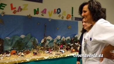 Photo of Belén con envases de medicamentos en el Hospital de Benavente