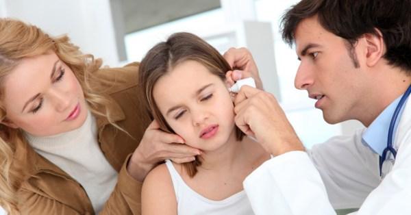 TV Catia Fonseca saúde 5 fatos sobre a otite em crianças - Médico examinando o ouvido