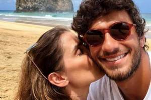 Deborah Secco aparece nua com o marido em capa de revista