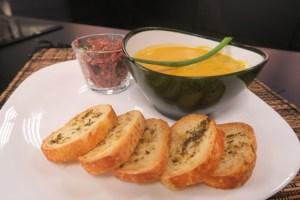 Aprenda como preparar uma sopa creme de abóbora com carne-seca deliciosa!!