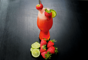 Refresque seu dia com este suco de morango com limão!