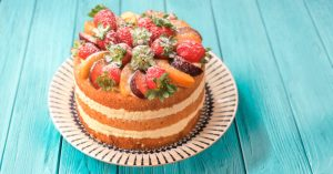 Naked cake com creme de baunilha e frutas por Nani Magalhães
