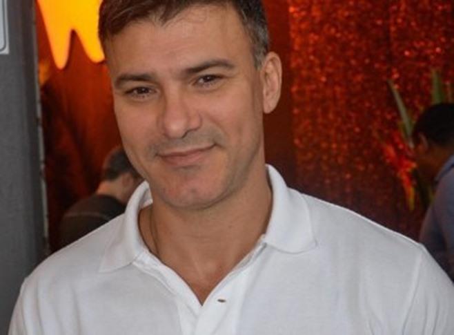 Ex-galã da Globo assume homossexualidade, é ameaçado de morte e é obrigado a deixar o Brasil às pressas
